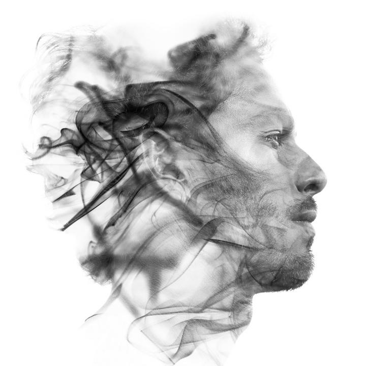 Portrait d'un visage masculin fuyant pour représenter l'hypnose.